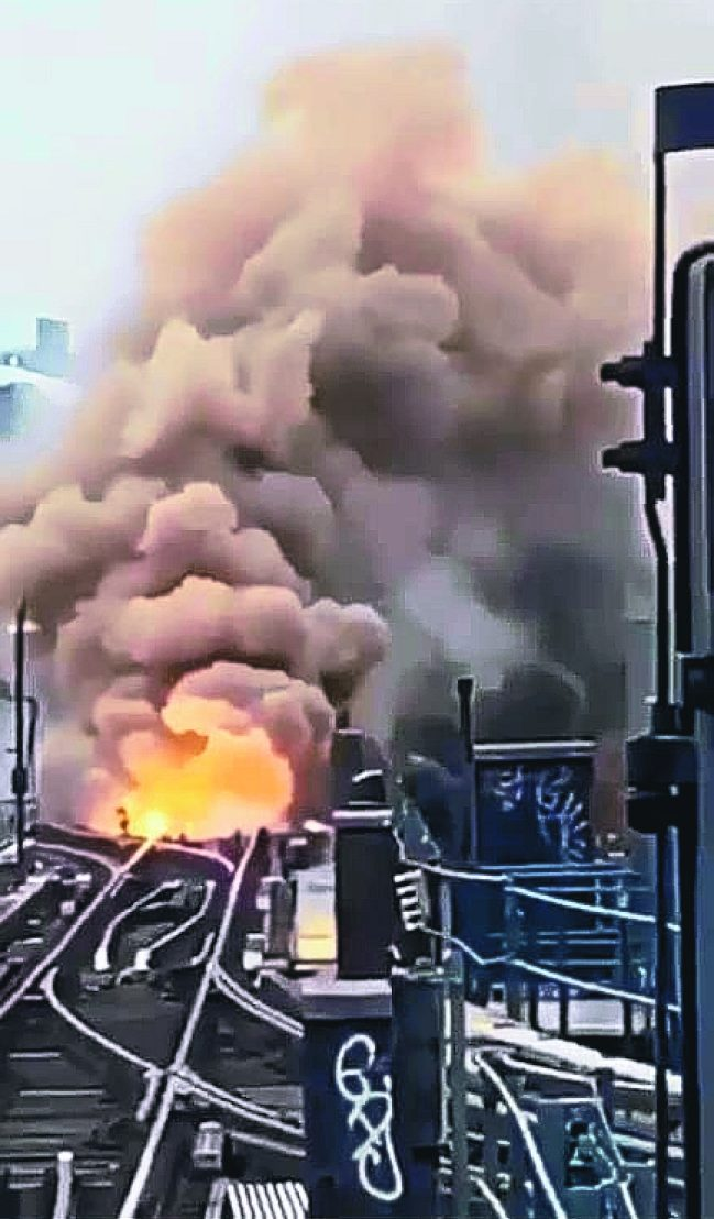 MTA闢謠稱這段網傳的7號線站台爆炸失火的新聞是假的。(取自網絡視頻)