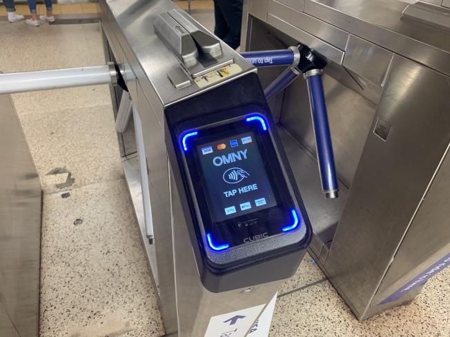 MTA表示,OMNY的使用次數已經突破400萬次,大大超出預期。(記者和釗宇/攝影)