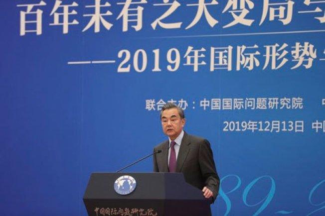 中國外長王毅稱,中國明年外交工作六大任務為:全力服務國內發展、堅決維護國家利益、不斷深化夥伴關係、堅定捍衛多邊主義、積極擴大國際合作、著力推進外交體系和能力現代化。圖取自中國外交部官網
