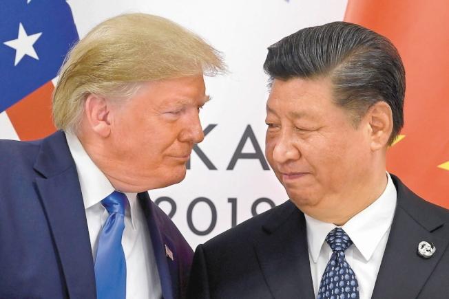 央視報導,歷經一年多的美中貿易戰終在12月13日達成第一階段經貿協議。圖為美國總統川普(左)與中國國家主席習近平。(美聯社資料照)