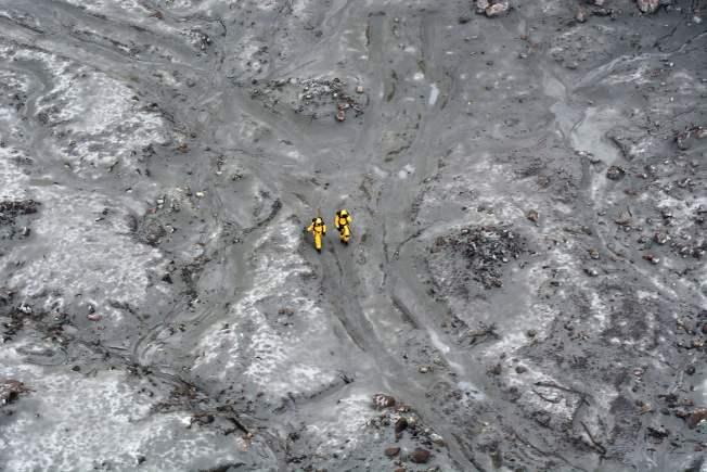 紐西蘭懷特島火山爆發,在家屬心急如焚地等待下,軍方團隊冒著極大風險展開善後工作,並在今天尋獲6具遺體。Getty Images