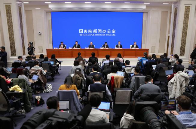 美中達成第一階段貿易協議,圖為中國國務院新聞辦公室在當地13日深夜舉行新聞發布會。 (中新社)
