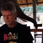 非洲象闖入「吃Buffet」遊客傻眼不敢動