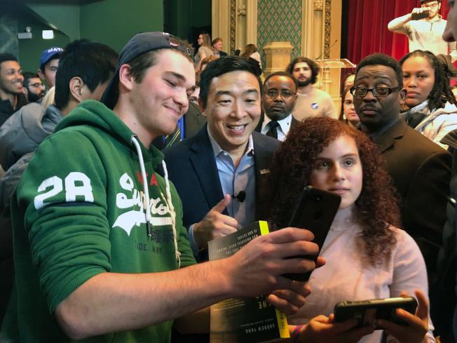 華裔民主黨總統參選人楊安澤(中)和支持者幾個月來不斷批評新聞媒體未給予他更多關注,他認為自己的種族可能與此事有關。圖為他在芝加哥舉辦競選活動後與支持者合影。(美聯社)