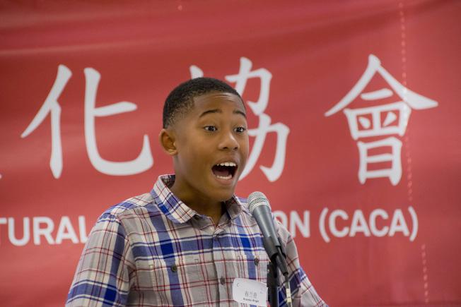 中美文化協會演講比賽,布蘭登(Brandon Wright)希望幫助窮人吃飽穿暖,有機會上學,中文流利,榮獲中年級組冠軍。(中美文化協會提供)