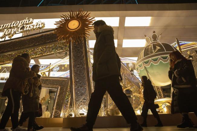 美中宣布達成第一階段貿易協議,是耶誕節前的好消息。圖為張燈結綵的北京商業區。(美聯社)