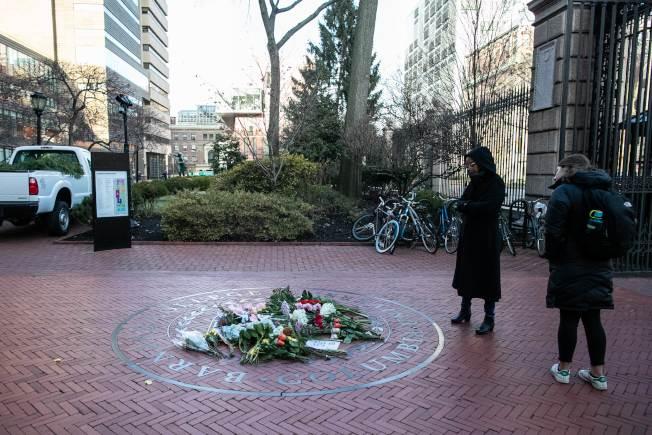 哥大巴納德學院一名女學生遇劫被刺身亡,學生在校門口擺放鮮花致悼。(Getty Images)