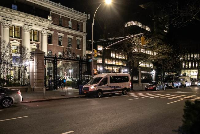 哥大巴納德學院一名女學生遇劫被刺身亡,學校加強保安措施。圖為穿梭巴士停在校門口。(Getty Images)