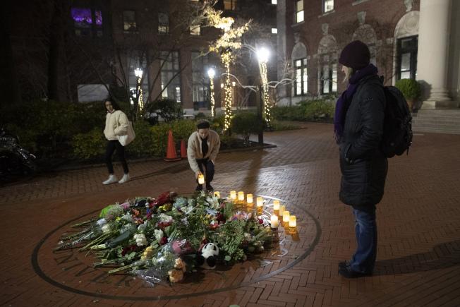 哥大師生和民眾在巴納德學院前獻上鮮花、點亮蠟燭,懷念遭搶劫遇害的18歲女學生。(美聯社)