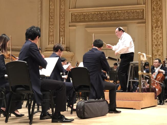 院長俞峰擔任本場音樂會指揮。(記者張晨/攝影)