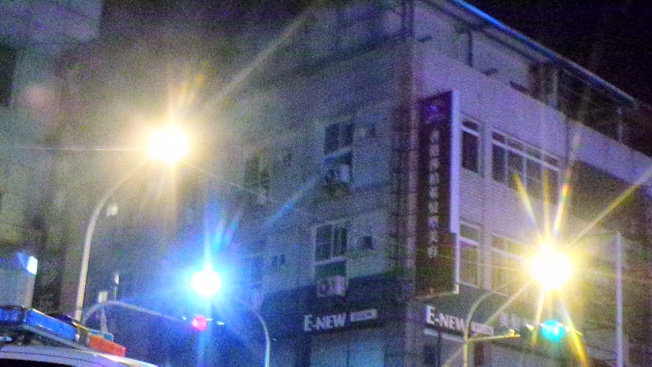 警方圍捕炸彈客,14日凌晨槍聲大作,煙霧瀰漫。記者林保光/攝影