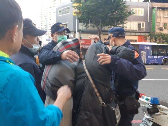 吳姓嫌犯家屬快步離開現場,一度與媒體爆發衝突。(記者賴郁薇/攝影)