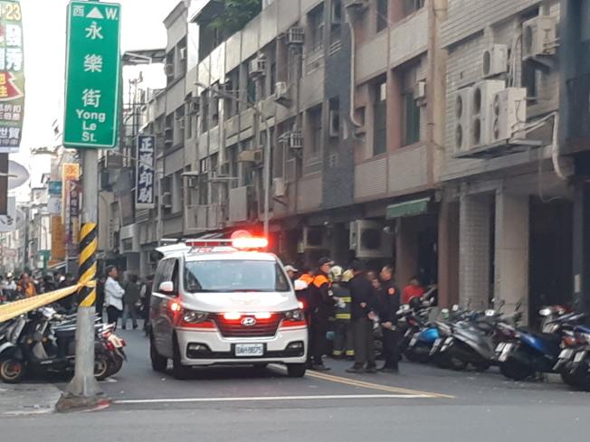 吳姓嫌犯在警方第三度攻堅時,疑中彈負傷,遭救護車送醫救治。(記者賴郁薇/攝影)