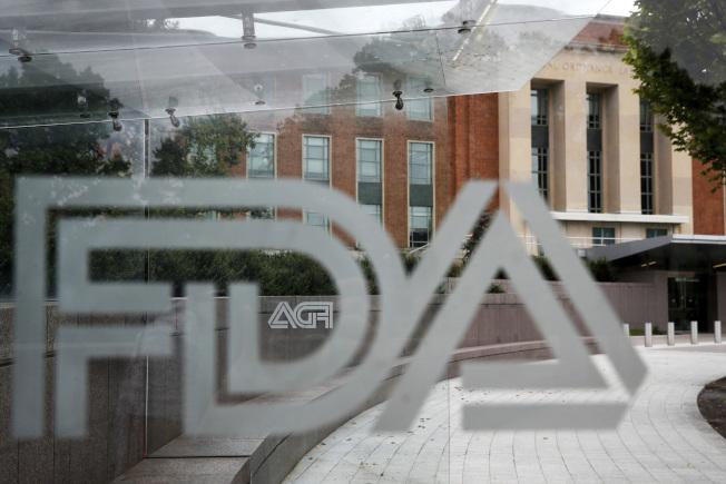 食品暨藥物管理局加速批准新藥,讓病患燃起希望,卻也引發安全性質疑。圖為位於馬里蘭州的食藥局的一面公車站牌後的食藥局總部。(美聯社)