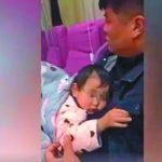 父親嘴含輸液管 為女兒暖藥液 網友被暖哭了