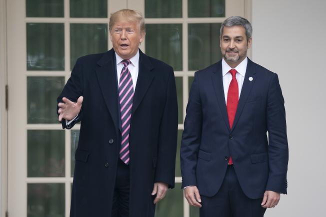眾院司法委員會通過彈劾案後,川普總統在白宮會見到訪的巴拉圭總統貝尼特斯。(歐新社)