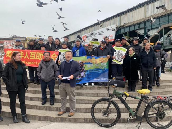 多名華裔外賣郎在寒風中抗議,要求州長葛謨盡快對電單車合法化法案簽字立法。(記者牟蘭/攝影)