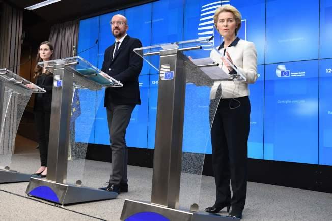 歐盟舉行峰會,右起歐盟主席馮德萊恩、歐洲理事會主席米歇爾、芬蘭總理馬林。(Getty Images)