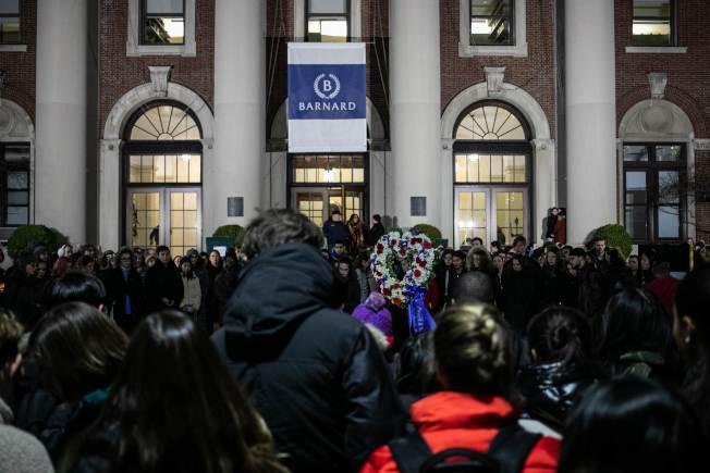 哥大巴納德學院一名女學生遇劫被刺身亡,學校舉行追悼晚會。圖為學生舉著心形花圈參加燭光晚會。(Getty Images)