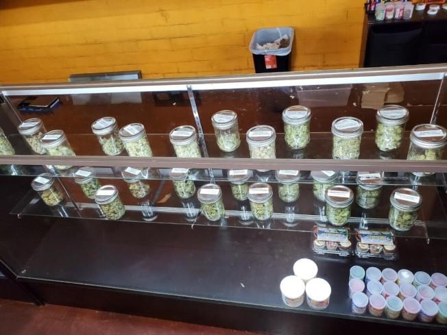 節綠大麻藥房無照出售的大麻產品。(美聯社/加州消保局提供)