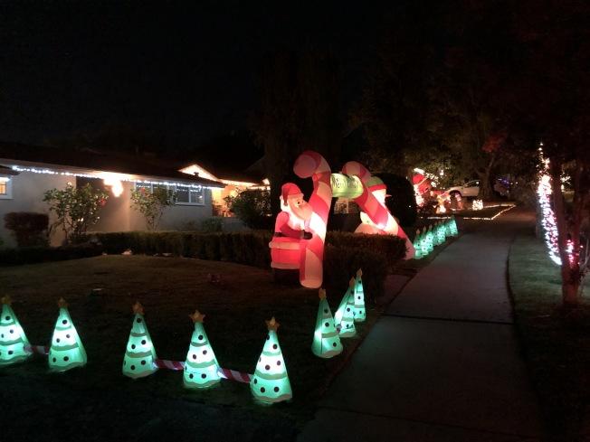 Hastings Ranch社區耶誕賞燈相當有名。(記者李雪/攝影)