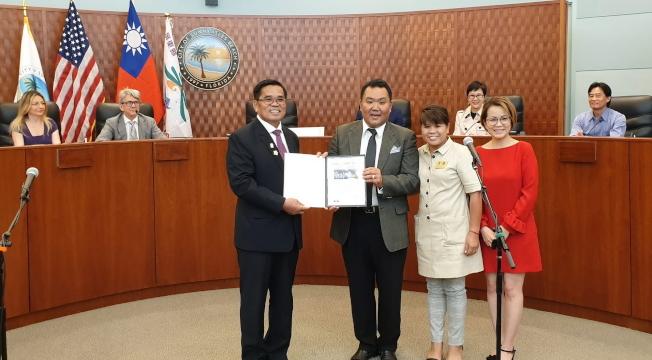 邁戴郡亞裔委員會主席Joshua Ho(左二)頒贈該郡貴賓證書給恆春鎮長盧玉棟(左一)。(孫博先提供)