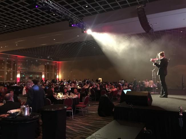 AdventHealth醫療(原佛羅里達醫院)2019年頒獎晚宴現場小提琴師演奏一景。(記者陳文迪/攝影)