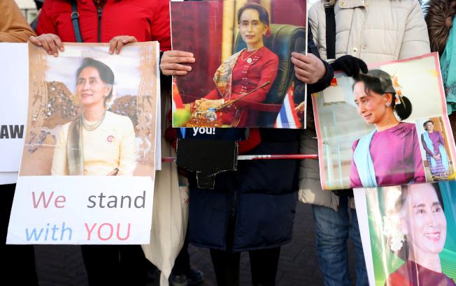 支持翁山蘇姬的群眾在國際法院外聲援。(路透)