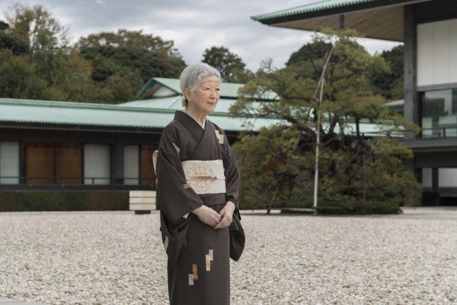 日本宮內廳13日表示,85歲的上皇后美智子持續感到身體不適,除了體重下降,還曾出現嘔吐帶血的情況,研判可能跟精神壓力有關。(美聯社資料照片)
