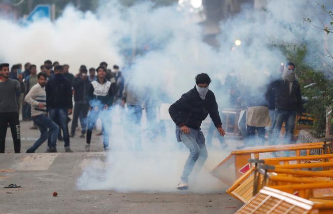 印度國會通過公民法修正案,民眾在阿薩姆省等東北地區示威。(路透)