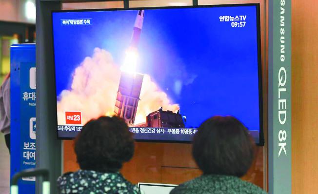 北韓外務省發言人批評,聯合國安理會對主權國家自衛措施說三道四,是粗暴蹂躪聯合國憲章規定的主權尊重原則。圖為2019年10月3日,南韓媒體播放北韓試射飛彈的影像。(Getty Images)