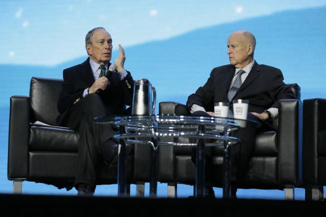 總統參選人彭博(左)11日到訪灣區展開造勢活動,下午與前加州州長布朗(右)共同出席一項氣候變遷會議。(美聯社)