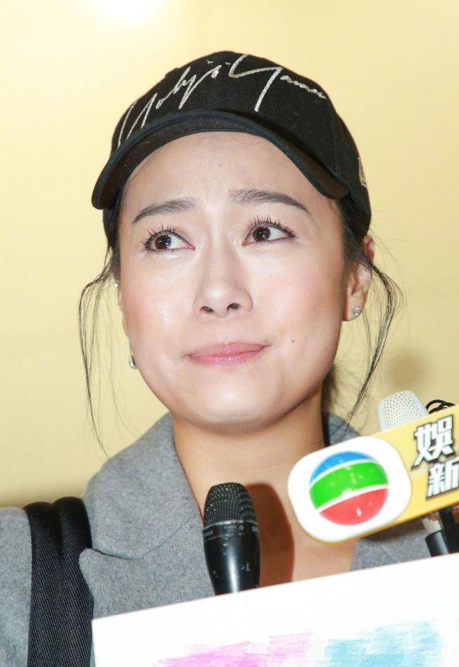 潛水8個月的黃心穎回到香港,受訪時一度眼泛淚光。(取材自微博)