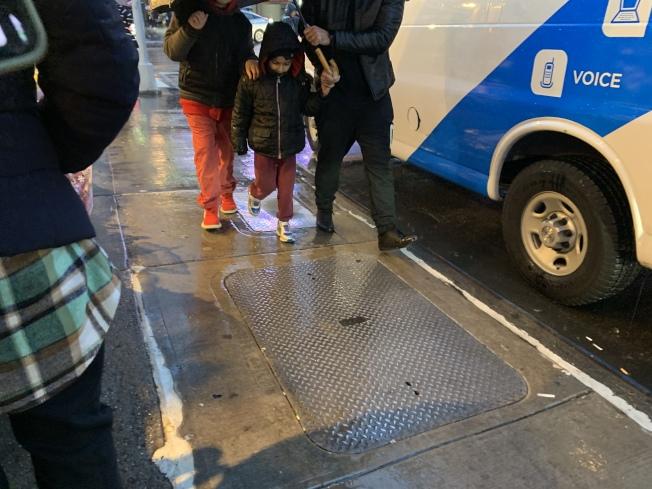 攤商反映下雨導致人行道鐵片溼滑,恐讓自己無辜受罰。(記者賴蕙榆/攝影)