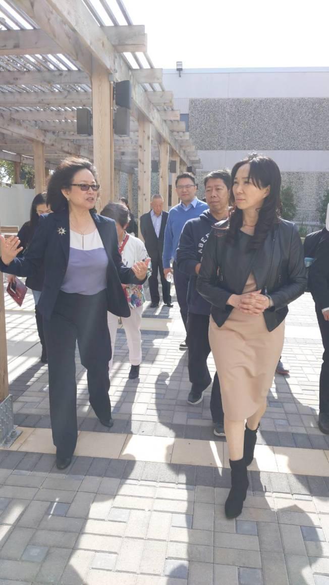 李佳芬(右)穿黑皮衣、黑色高跟鞋勁裝亮相。(記者蕭永群/攝影)