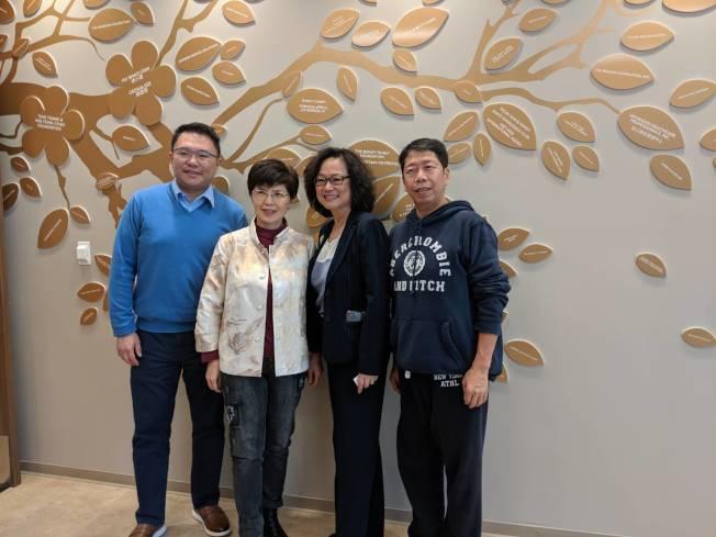 台北市議員張斯綱(左一)、韓國瑜國政顧問廖達琪(左二)與高雄市議員(右一)陪同出席。(記者蕭永群/攝影)