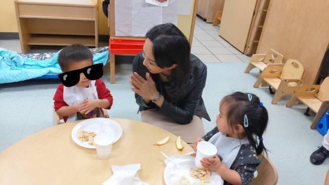 李佳芬讚中華文化服務中心幼兒園的孩童探索如何使用餐具。(記者蕭永群/攝影)