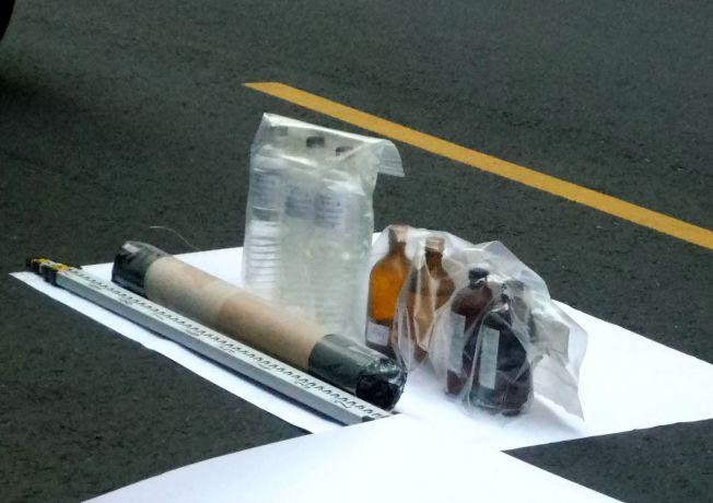 警方在吳姓男子藏匿的屋內,查獲多瓶「三過氧化三丙酮(簡稱TATP)」。(記者林保光/攝影)