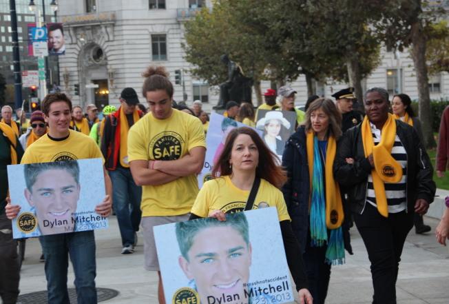 行人安全團體,發起紀念車禍死亡人士的遊行。(記者李晗 / 攝影)