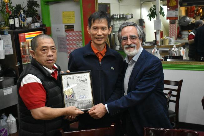 佩斯金(右)向悅利海鮮飯店44年的老東主余泳深(左)頒發表揚狀。中為新東主甄沃傑。(記者黃少華/攝影)