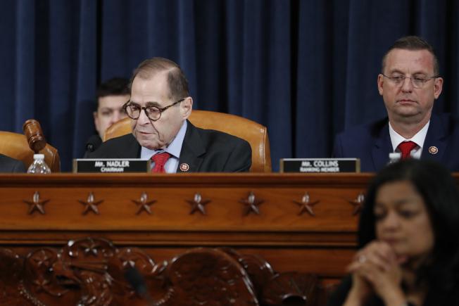 眾院司法委員會主席納德勒(左)敲下議事槌,宣布該委員會通過彈劾川普總統。旁邊共和黨籍副主席柯林斯面無表情。(美聯社)