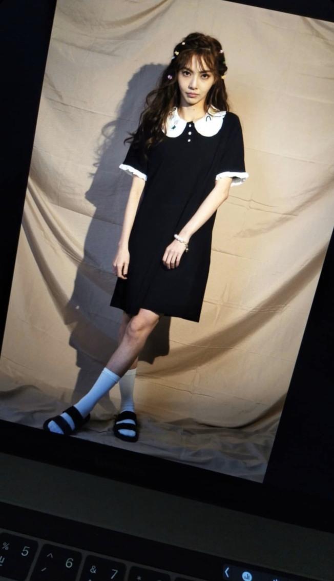 謝和弦送手機的女子,與莉婭當天拍攝工作照的髮型髮飾一模一樣。(取材自Instagram)