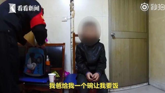 男童因為不寫作業被爸爸帶到車站要飯。(取材自看看新聞)