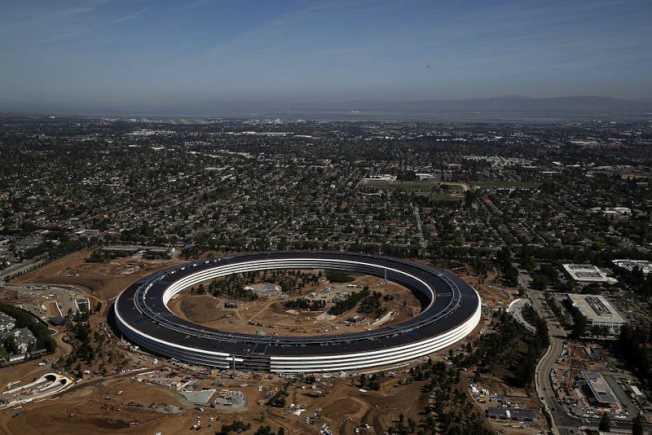 蘋果太空船園區邀街坊鄰居參觀,但辦得不周全,引起批評。(Getty Images)