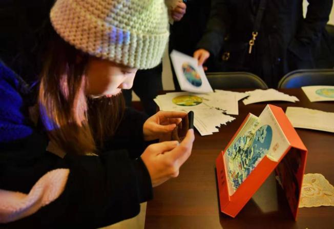 好看實用的「祈年曆」吸引遊客們紛紛搶拍打卡。 (取材自新京報)