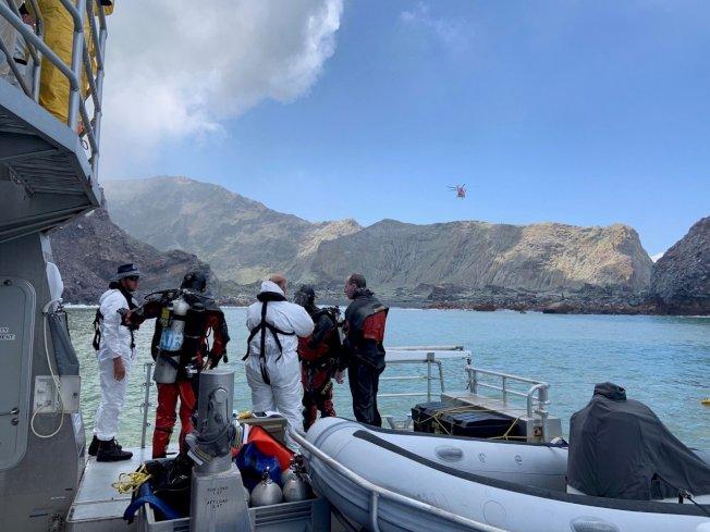 潛水人員今(14日)在紐西蘭懷特島(White Island)附近海域搜尋2名失蹤者下落,這2人自9日火山爆發至今已失蹤5天。 路透