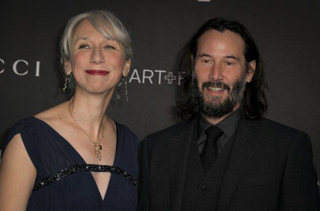 基努李維(右)與女友亞莉珊卓.葛蘭特11月2日出席在洛杉磯藝術博物館舉辦的藝術與電影之夜。(歐新社)