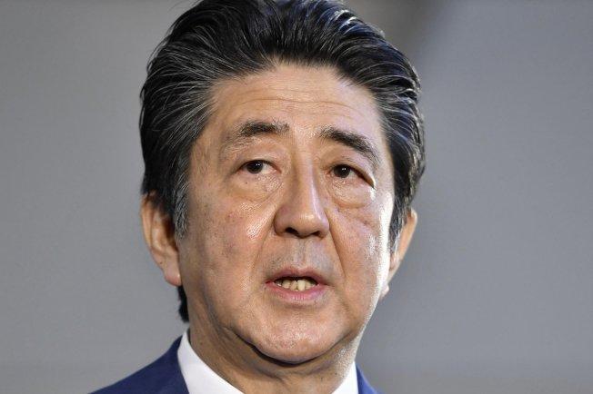 日本首相安倍表示,「令」字很適合今年,但他自己選的是「始」字。(美聯社)