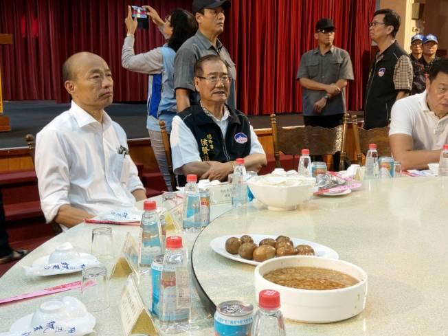 國民黨總統候選人韓國瑜吃飯不喜歡被看,只要有媒體鏡頭在場就不開動。記者劉宛琳/攝影