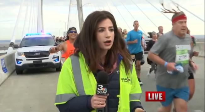 喬治亞州電視台女記者艾莉克絲‧波札吉安現場報導時遭跑者摸臀後,震驚的三秒鐘說不出話。(WSAV電視台截頻)